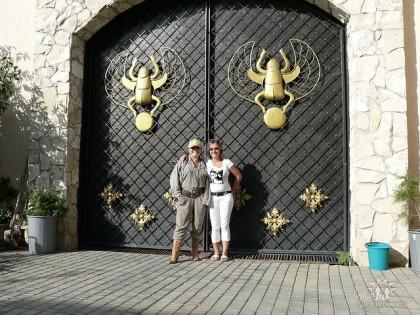 Таня с дочерью во дворе своего дома, Коктебель, ул. Жуковского,53