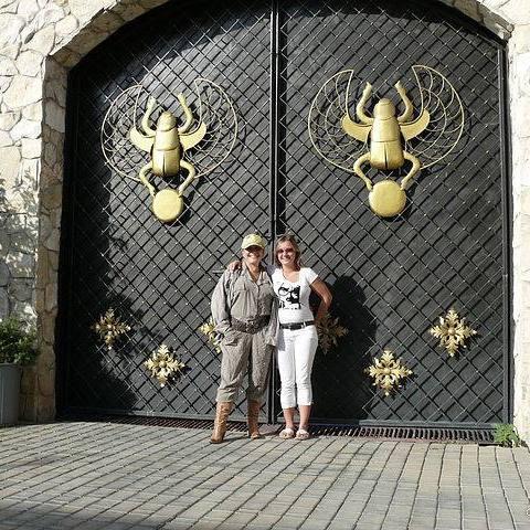 Ворота дома. тк и дочь